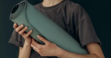 Hier zeigen wir Ihnen, wie Sie Ihre Yogamatte schnell, einfach und gründlich reinigen. (Alle Yogamatten - Kunststoff, Kautschuk, Kork, etc.)